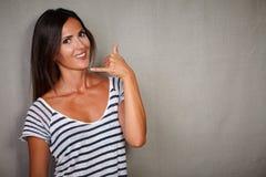 打手势顾客服务电话的漂亮的女人 免版税库存图片