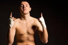 打手势他的乐观的确信的年轻拳击手 库存图片