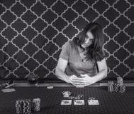 打扑克的妇女在桌上 免版税库存图片