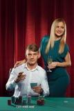 打扑克的新夫妇 免版税库存图片