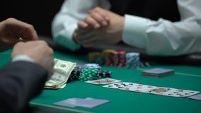 打扑克的确信的商人打赌在危险的比赛的所有物产,赌博 股票视频