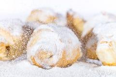 打扫灰尘在油酥点心的糖粉 库存图片