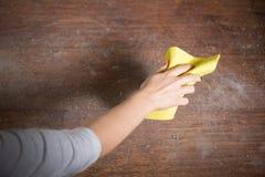 打扫灰尘木条地板 免版税库存图片