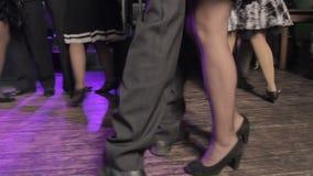 打扮党,跳舞在餐馆,男性和女性腿特写镜头的人们  股票录像