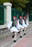 打扮希腊卫兵前进的国民三 库存照片