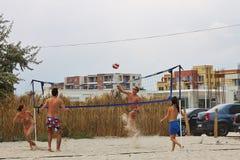 打排球的十几岁在海滩 免版税图库摄影