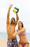打排球的夫妇 免版税库存照片