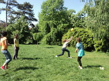 打排球的女孩 免版税图库摄影