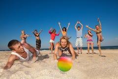 打排球的快乐的人民 免版税库存图片