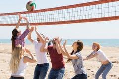 打排球的朋友在海滩 库存图片