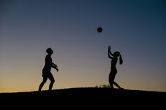 打排球的男孩和女孩在周末 免版税库存照片