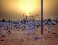 打排球的阿拉伯男孩 免版税库存照片