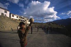 打排球, spitti谷,印度的人们 库存照片