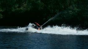 打旋在河的迅速喷气机滑雪的运动员 极端水上运动概念 股票视频