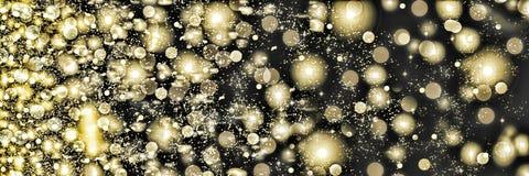 打旋在黑背景的金黄雪花 落的雪在晚上 圣诞节新年度 免版税库存图片