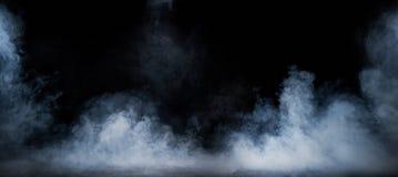 打旋在黑暗的内部的密集的发烟的图象 免版税库存照片