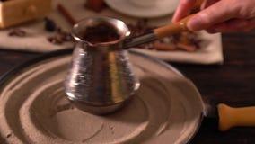 打旋的人在沙子板材的一个咖啡罐  影视素材