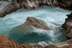 打旋的河在金黄,加拿大之外落 免版税库存图片