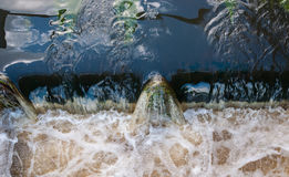 打旋的水特写镜头在测流堰的 免版税库存图片
