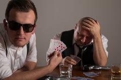 年轻打有枪的人和商人扑克 库存照片