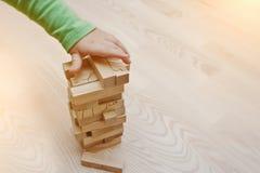 打木块发展比赛婴孩的手 免版税库存照片