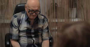 打桌曲棍球的祖父和孙 股票录像