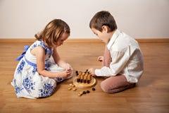 打棋的孩子 图库摄影