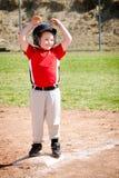 打棒球的孩子 库存照片