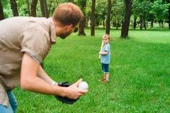 打棒球的父亲和儿子 免版税图库摄影