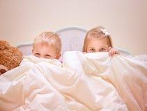 打比赛的两个快乐的孩子 免版税库存照片
