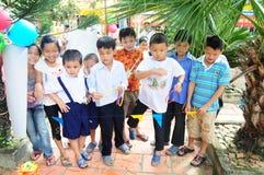 打比赛的孩子在学校在Vinhlong,越南 库存图片