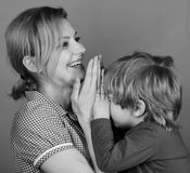 打比赛的母亲和儿子 父母身分和愉快的片刻概念 妇女和小男孩 库存照片