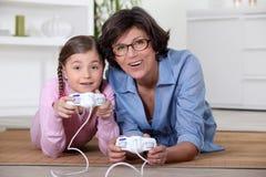 打比赛的母亲和女儿 免版税库存图片