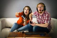 打比赛的游戏玩家夫妇 免版税图库摄影