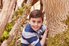 打比赛的男孩画象在森林里 免版税库存照片