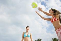 打沙滩排球的十几岁的女孩 免版税库存照片