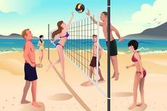 打沙滩排球的青年人 免版税库存图片