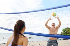 打沙滩排球-活跃生活方式的人们 免版税库存图片