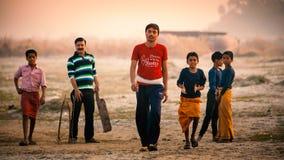 打沟壑墙网球的小组印地安男孩 图库摄影