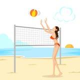 打海滩球的美丽的妇女 免版税库存照片