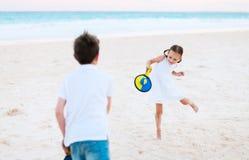 打海滩网球的孩子 库存图片