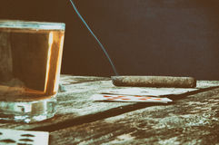 打牌的老木桌 库存照片