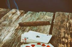 打牌的老木桌 库存图片