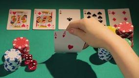 打牌者传染性的三张相同和二张相同的牌手,在打赌前的检查卡片切削 影视素材