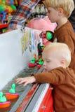 打狂欢节鸭子比赛的孩子 免版税库存照片