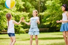 打球的孩子在夏天 免版税图库摄影