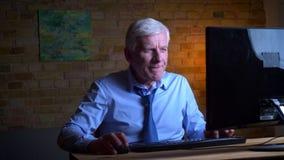 打电子游戏在计算机失败和被挫败的老白种人商人特写镜头画象户内 股票录像