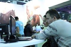 打电子游戏的人们 免版税库存图片