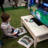 打电子游戏的孩子在G!在米兰,意大利来giocare 免版税库存照片