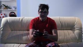 打电子游戏的带眼镜人,当坐长沙发时 股票录像